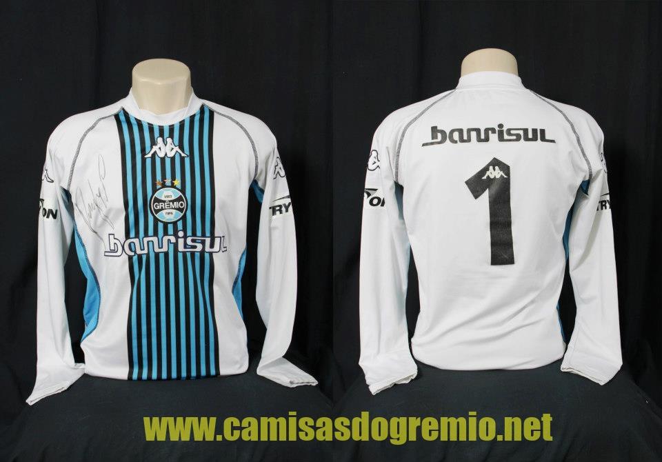 f5ed9378ee Camisa branca de goleiro feita pela Kappa em 2003no mesmo estilo de uma das  camisas de goleiro usadas em 1983. Patrocínios Banrisul e TryOn.