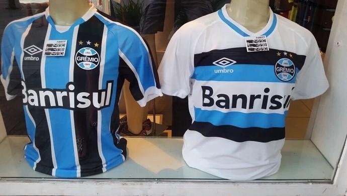 9a0ee63562 Antes mesmo da apresentação oficial dos novos uniformes do Grêmio, o que  ocorrerá no amistoso deste sábado diante do Danúbio, algumas lojas  colocaram as ...